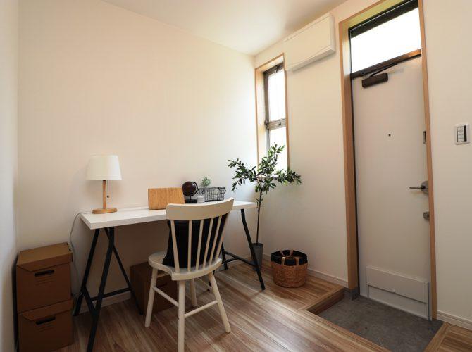1階キッチン横、4.1帖の大型パントリー。勝手口付き!食器や食材はもちろん、様々な物を置いたり、書斎のようなスペースにもなります!、リビング、キッチンをスッキリとした空間に保てます。