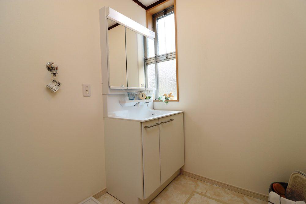 洗面台も新たに新設しました。お風呂上りなどで床が濡れてしまうことの多い洗面スペースの床は、防水仕様でキズや汚れに強い床材を使っております。カビや腐敗に強い仕様ですので安心してお使いください。