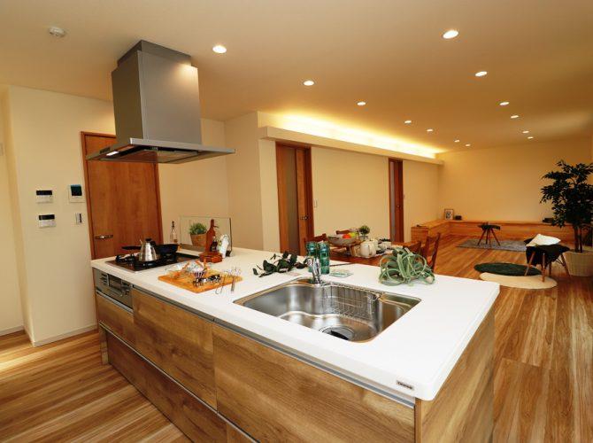 キッチンは3口コンロのアイランドキッチンを採用!非常に開放感がある、見晴らしの良いキッチンで、リビングにいる家族とのコミュニケーションも取れやすい、オシャレで優雅な空間となっています!