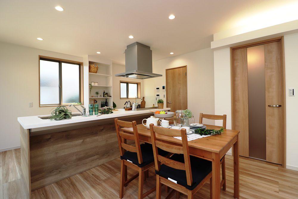 キッチン内の収納棚。キッチンはアイランド型ですので移動も楽でスペースも広く、使い勝手が抜群です。リビングにいる家族とのコミュニケーションも取りやすく、大人数のパーティー等にもオススメです!