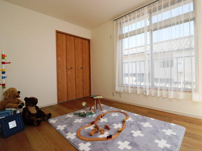 2階・南側、5.0帖の洋室B。クローゼットもあり、バルコニーにも出入りできます。こちらのお部屋は窓が大きく、南側に面しておりますので、光が良く差し込み、昼間は照明が要りません。また、風通しも良好!