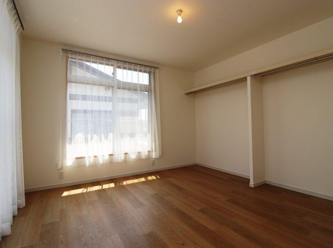 2階・南側、6.0帖の洋室C。収納棚もあり、バルコニーにも出入りできます。こちらのお部屋も窓が大きく、南側に面しておりますので、光が良く差し込み、昼間は照明が要りません。もちらん、風通しも良好!