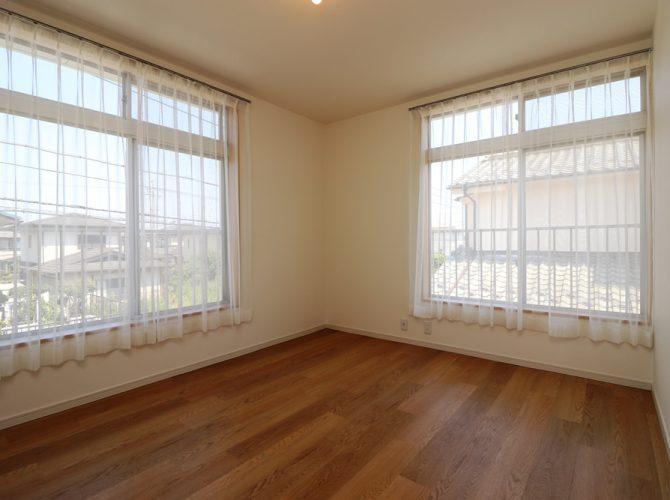 2階・8.3帖の洋室には大きなクローゼットもあります。すべてのお部屋のクロス・フローリング張替え済で建具も新設!窓も大きく、光をしっかりと取込みますので、昼間は照明をつけなくても大丈夫なくらいです。