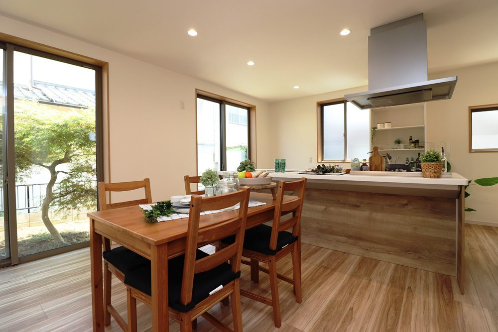 25.9帖の広々リビング!オシャレで優雅な雰囲気を醸し出しております。大きな窓で陽当りも良好。キッチンの後ろ側には収納棚、リビングの反対側には収納としても使えるベンチが設置されております。