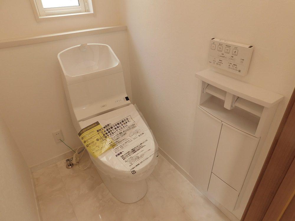 1階トイレ。登記表面の凹凸を100万分の1mmのナノレベルでツルツルに。汚れが付きにくく、落ちやすいTOTOのウォシュレットを採用。便器標準節水水量は、従来タイプから約60%の大幅な節水のトイレです。