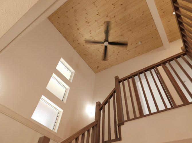 2階に上がるリビングイン階段は、開放的な吹き抜けとなっております。空気がこもらないよう、吹き抜け部分の天井にはシーリングファンを取り付けました。リモコンで操作可能で、空気の巡回に役立ちます。