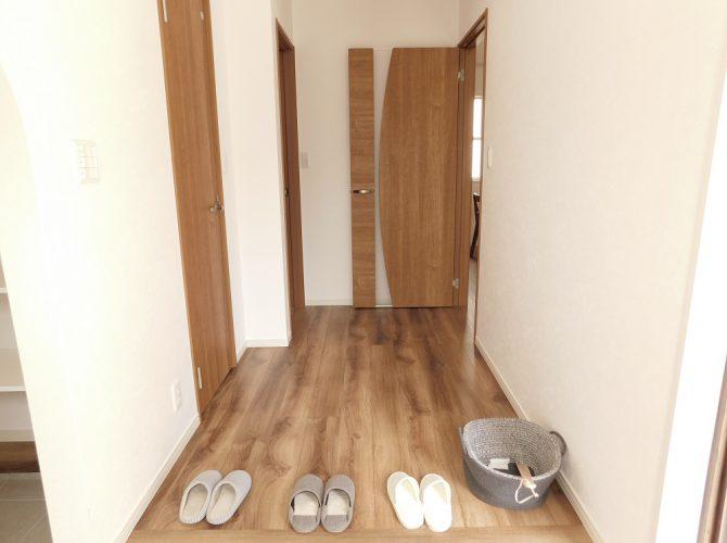 各居室への入り口のドアもこだわって選びました。従来のレバーハンドルは、30度のストロークが必要であったのに対して、本物件で採用したダイケンのレバーハンドルはわずか10度、動かすだけでドアの開閉が出来ます。