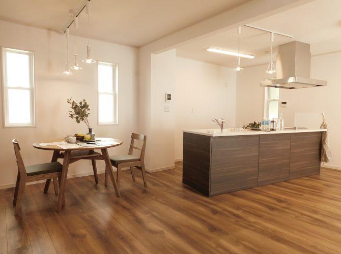 今注目されている、北欧スタイルの『ヒュッゲ』な家。 ヒュッゲ(hygge)とはデンマーク語で居心地のいい時間や空間という意味。安らぎが得られる広々とした、雰囲気の良いリビングとなります♪