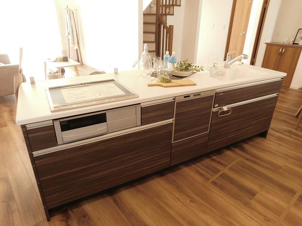 キッチンはタカラの2,590mmのワイド・アイランドキッチンを採用。高品位ホーローという、タカラ独自の熱・汚れ・キズに強い素材。食洗器も付いており、広々としたスペースで料理を楽しめます♪