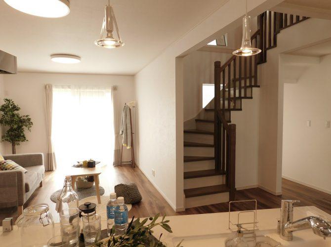 1階リビング階段は吹き抜けとなっており、開放的で爽快な空間となっております。2階へ行くためには、必ずこのリビングを通りますので、家族が自然と顔を合わせる、コミュニケーションに富んだ作りです♪