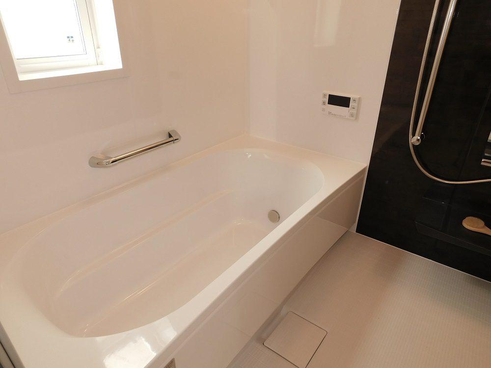1.25坪のワイドなユニットバス。ゆったり足を伸ばして湯船に入れます♪浴室は保温材が浴槽裏・壁面・天井に装備されておりますので、浴室内のあたたかさを長くキープできる仕様となっております。