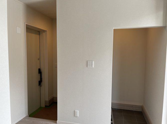 【当社施工例】ガレージハウスのこちらの物件は、メインの玄関、ガレージ側玄関、それぞれに収納棚を設置。